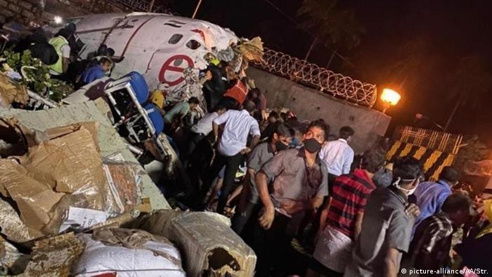 Avião da Air India Express que se partiu ao pousar no aeroporto de Kozhikode
