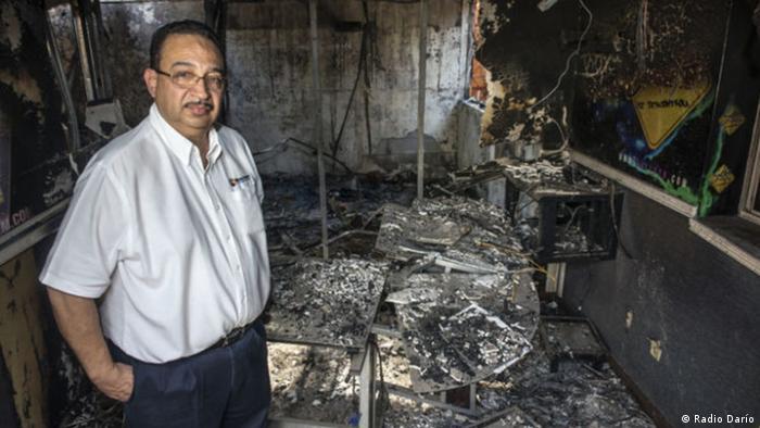 El periodista y empresario radial Aníbal Toruño observa la destrucción provocada en las instalaciones de Radio Darío, tras un incendio provocado en abril de 2018.