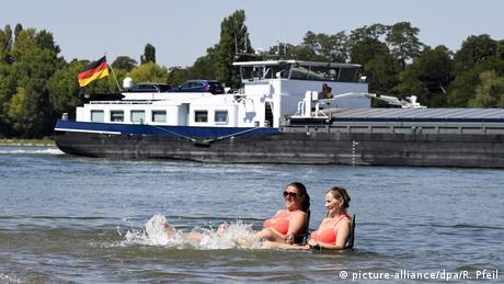 U Njemačkoj će ovaj vikend biti pakleno vruć. Predviđaju se temperature do 38 stepeni. Mnogi pronalaze kreativne načine kako da se rashlade, a Liesel i Sandy su bile posebno dosjetljive. Juče su stavile dvije stolice u plitki dio Rajne i uživale u hladnoj vodi ove rijeke.