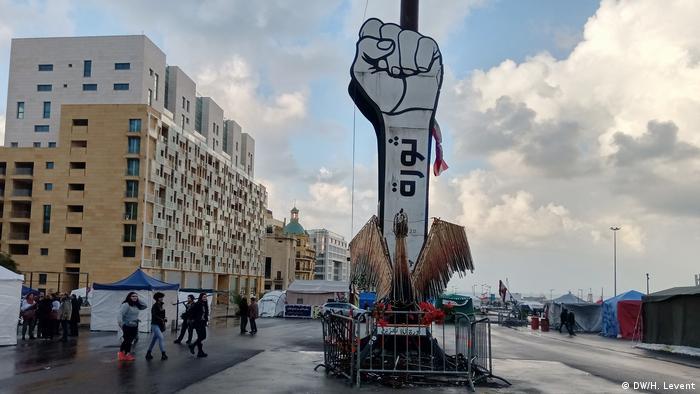 Lübnan'ın başkenti Beyrut'ta, hükümeti protesto eden eylemciler tarafından dikilen ve üzerinde Devrim yazan anıt