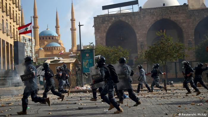 به گفته منابع رسمی، در درگیریهای دیروز یک مامور پلیس کشته و ۱۴ غیرنظامی زخمی شدهاند.