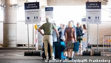 Arrivals in Germany line up for coronavirus tests in an airport (picture-alliance/dpa/M. Frankenberg)