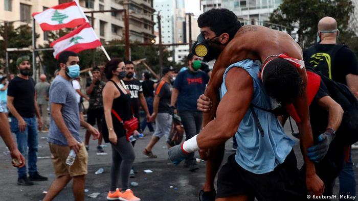 مجروحان ناآرامیهای اخیر به بیمارستانهای بیروت منتقل شدند.