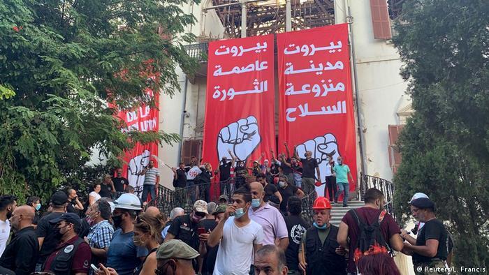 مخالفان با نصب پلارکاردهایی خواهان خروج نظامیان و تسلیحات از شهر بیروت شدند.