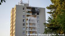 Firefighters put out a blaze in a Czech high-rise apartment building in Bohumin (picture-alliance/dpa/CTK/V. Prycek)