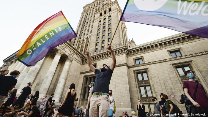 Радужные флаги на протесте ЛГБТ-сообщества в Варшаве