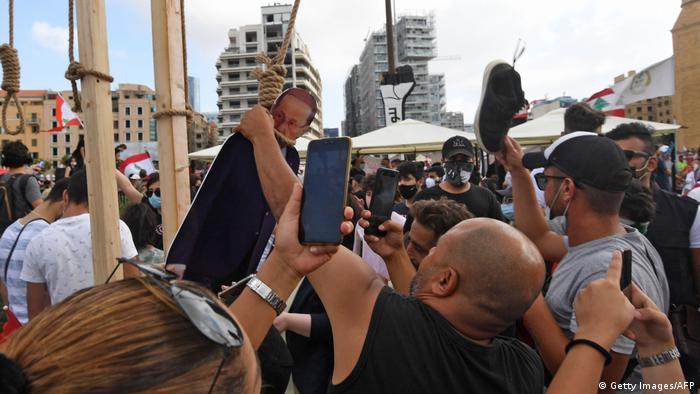 ناكارآمدی دولت و فساد گسترده در لبنان بار دیگر خود را در مدیریت اوضاع نابسامان پس از فاجعه بیروت به نمایش گذاشت. مخالفان تصاویر مقوایی میشل عون رئیس جمهوری، حسن نصرالله رهبر حزبالله و حسان دیاب نخستوزیر لبنان را به دار آویختند.