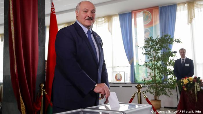 Alexander Lukashenko casts his vote