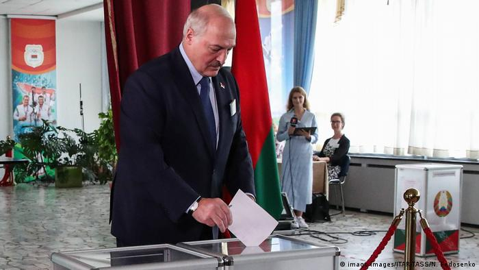 Alexander Lukaschenko bei der Stimmabgabe (imago images/ITAR-TASS/N. Fedosenko)