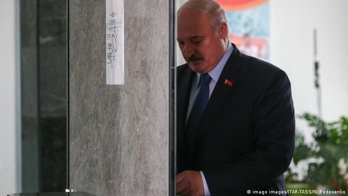 Президент Беларуси Александр Лукашенко на избирательном участке
