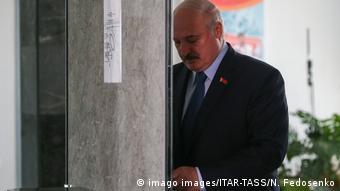 Президент Беларуси Александр Лукашенко во время голосования 9 августа