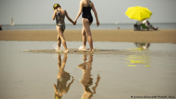 Mother and daughter in De Haan (picture-alliance/AP Photo/F. Seco)