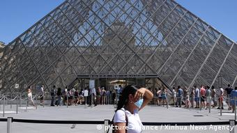 Возле музея Лувра