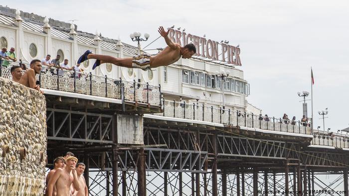 Seorang pria terjun ke laut di Brighton, Inggris (picture alliance / ZUMAPRESS.com)