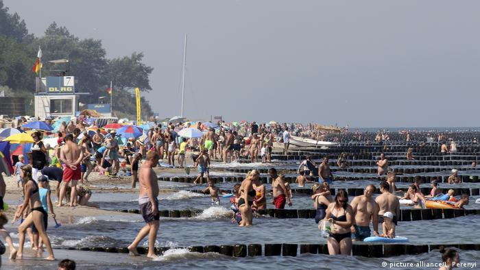 A busy beach at the Baltic Sea (picture-alliance/L. Perenyi)