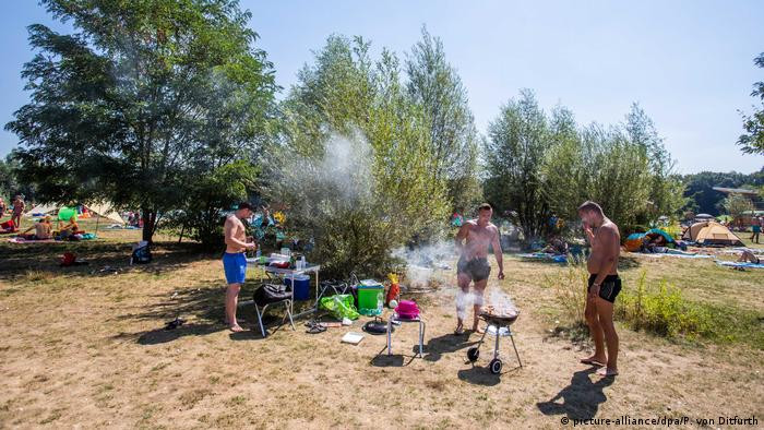Germans barbecuing in Freiburg (picture-alliance/dpa/P. von Ditfurth)