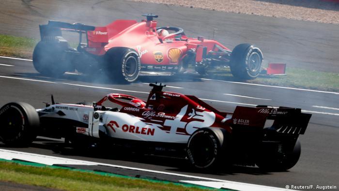 Sebastian Vettel (hinten) dreht sich kurz nach dem Start mit seinem Boliden (Reuters/F. Augstein)