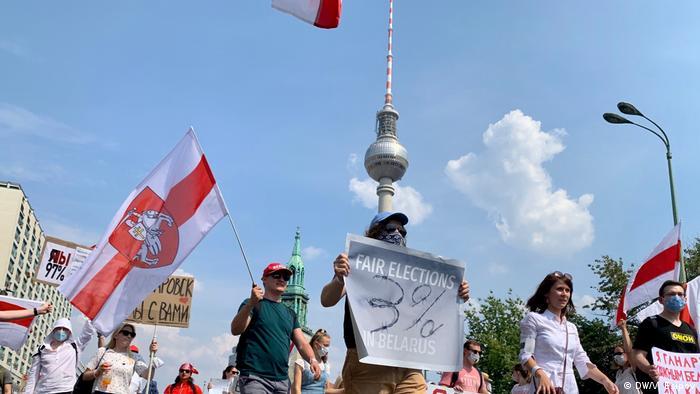 Сторонники белорусской оппозиции на демонстрации в Берлине 9 августа