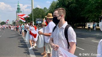 Живая цепь из участников акции солидарности с белорусской оппозицией в Берлине