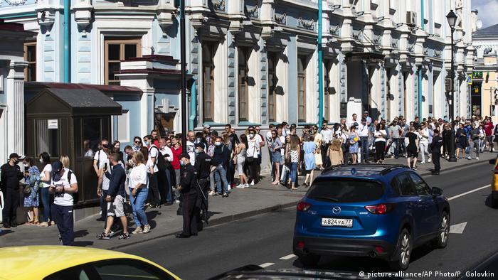 Очередь у здания посольства Беларуси в Санкт-Петербурге: очередь растянулась на несколько десятков метров.