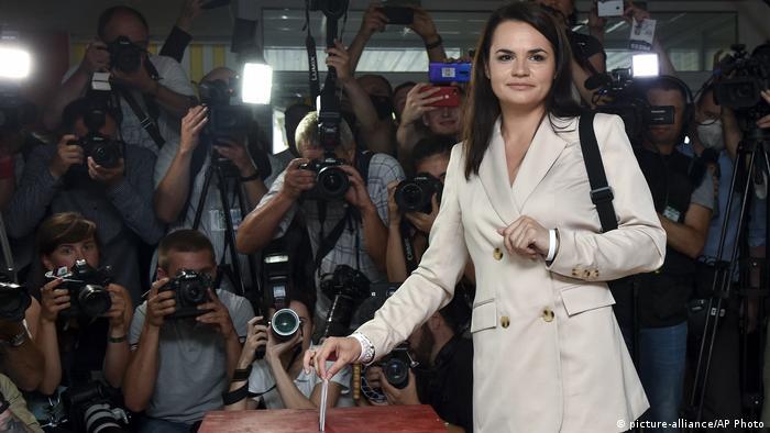 Светлана Тихановская голосует в окружении журналистов