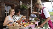 Paar, Hütte, Brotzeit (Foto: picture alliance / Nikky / VisualEyze) | Verwendung weltweit, Keine Weitergabe an Wiederverkäufer.