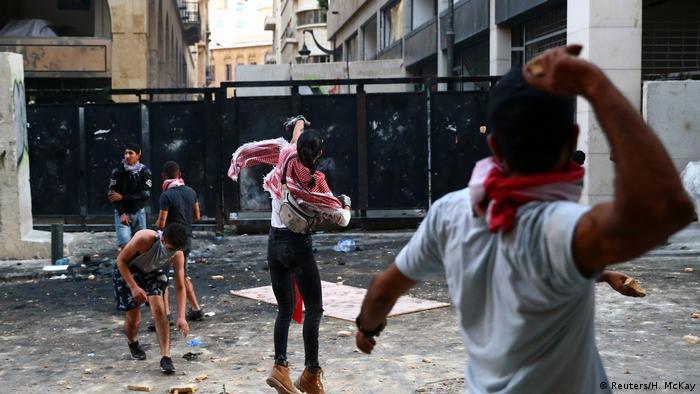 Вооруженные камнями демонстранты в Бейруте, 9 августа 2020 года