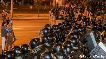 Мирным демонстрантам противостояли плотные ряды омоновцев