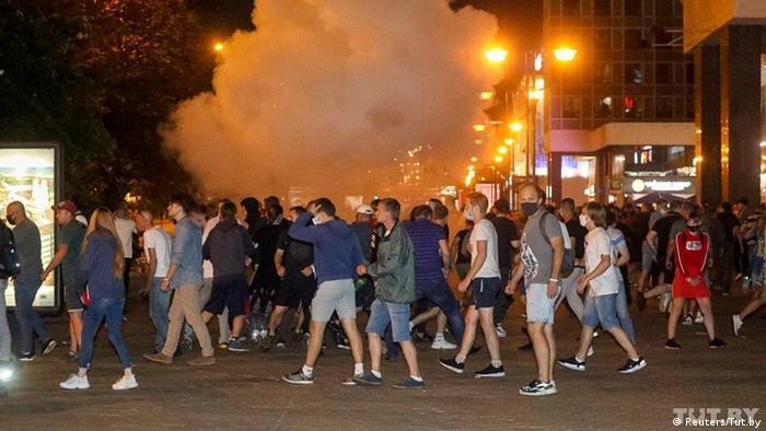 Демонстрантів розганяли світлошумовими гранатами