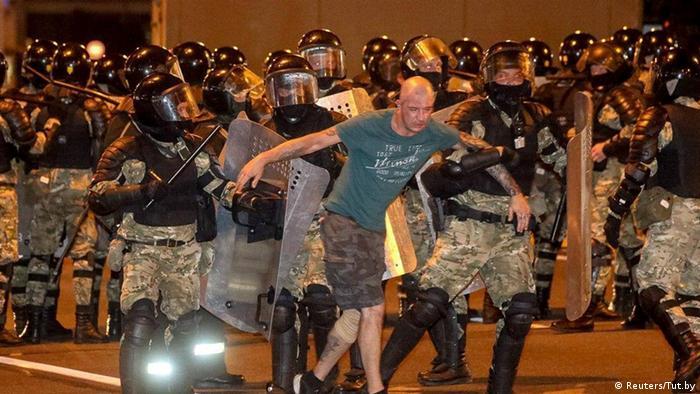 Ein Großaufgebot an Polizisten geht in der Hauptstadt Minsk gegen die Demonstranten vor (Foto: Reuters/Tut.by)