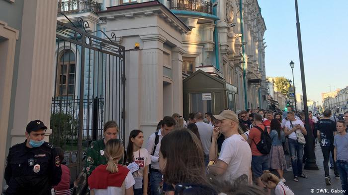 Очередь перед посольством Беларуси в Москве на выборах-2020 президента этой страны
