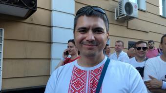 Белорус Денис в вышиванке перед посольством Беларуси в России
