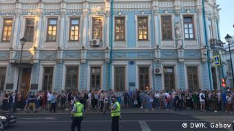 Очередь перед посольством Беларуси в России на выборах-2020 белорусского президента