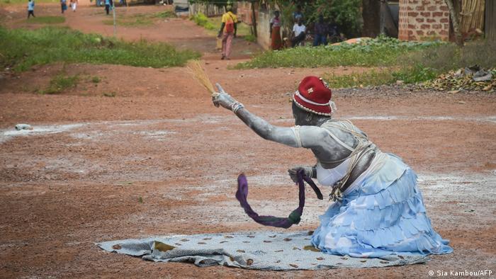 Foto ilustrativa: Uma komian, sacerdotisa tradicional da Costa do Marfim.