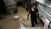 (200807) -- SANAA, Aug. 7, 2020 (Xinhua) -- Children walk at their flooded house after heavy rains in Sanaa, Yemen, on Aug. 7, 2020. (Photo by Mohammed Mohammed/Xinhua) | Keine Weitergabe an Wiederverkäufer.