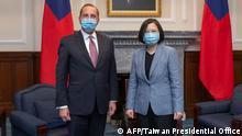 USA Taiwan | US-Gesundheitsminister und Menschenrechtsdienst Alex Azar (L) und Präsident Tsai Ing-wen (R)