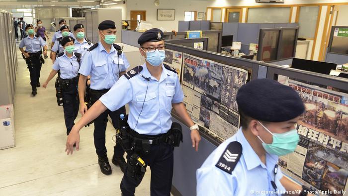 Hongkong Festnahme Medienunternehmer Jimmy Lai. Polizosten unterwegs im Verlagsgebäude