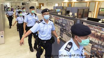 Policiais na redação do Apple Daily