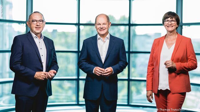 Заския Эскен, Норберт Вальтер-Борьянс и Олаф Шольц (в центре)