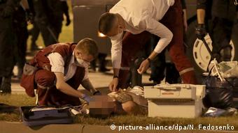 Раненому в ходе протестов ночью 9 августа оказывают медпомощь
