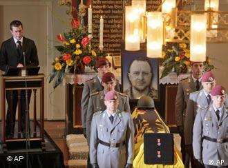 Der deutsche Verteidigungsminister zu Guttenberg spricht in einer Kirche neben dem Sarg eines getöteten Soldaten (apn)