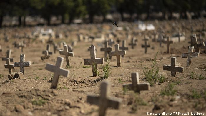 Cruzes no Cemitério do Caju, no Rio, onde algumas das vítimas da covid-19 foram enterradas
