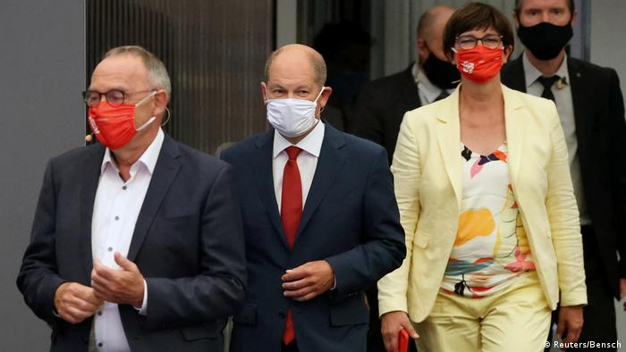 Olaf Scholz (tengah) didampingi Ketua Umum SPD Walter Bojans (kiri) dan Saskia Esken (kanan)