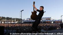 Bryan Adams auf der Bühne (picture-alliance/San Diego Union-Tribune/K.C. Alfred)