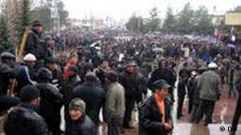 Люди на одной из площадей в Бишкеке