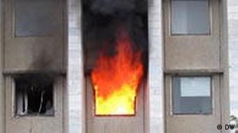 Люди наблюдают за пожаром в госучреждении