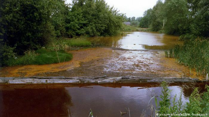 Deutschland Umweltverschmutzung in der DDR   Belastete Gewässer in Mölbis 1990