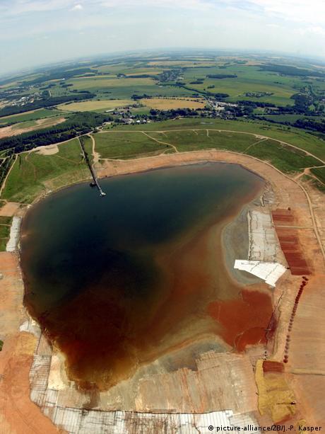Deutschland Umweltverschmutzung in der DDR | Absetzanlage des ehemaligen Uranerzbergbau bei Ronneburg 2003 (picture-alliance/ZB/J.-P. Kasper)