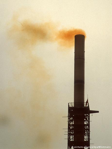 Deutschland Umweltverschmutzung in der DDR | Braunkohle-Kombinat Bitterfeld 1990 (picture-alliance/dpa/Wöstmann)