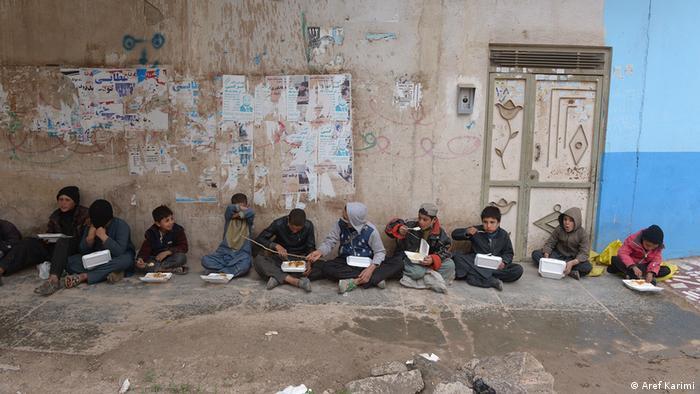 حکومت افغانستان برنامه توزیع نان خشک رایگان و برنامه دسترخوان ملی را برای مقابله با فقر ناشی از بحران کرونا راه اندازی کرد.
